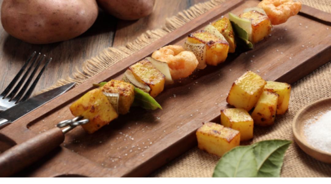 minibrochetas-de-papa-al-curry-cerdo-y-camaron-en-tempura-farina